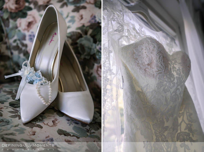 detailfoto bruidsschoenen en bruidsjurk voorbereidingen aankleden bruidsjurk bruid breda authentieke ongeposeerde documentaire trouwfotografie trouwfoto journalistieke bruidsfoto