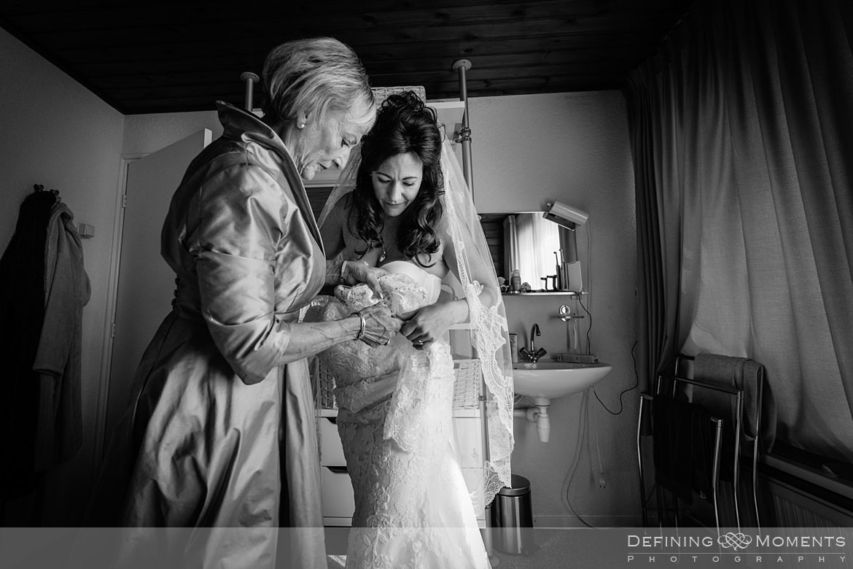 zwart_wit voorbereidingen aankleden bruidsjurk bruid breda authentieke ongeposeerde documentaire trouwfotografie trouwfoto journalistieke bruidsfoto