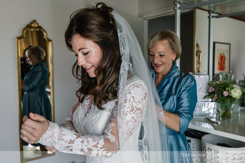 voorbereidingen aankleden bruidsjurk bruid breda authentieke ongeposeerde documentaire trouwfotografie trouwfoto journalistieke bruidsfoto