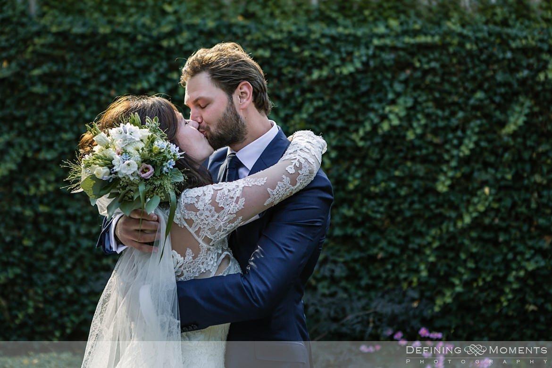 authentieke ongeposeerde documentaire trouwfotografie trouwfoto journalistieke bruidsfoto first_look bruidspaar breda