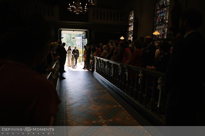 binnenkomst bruid vader kerkelijke inzegening huwelijk bruidspaar catharinakerk begijnhof breda authentieke ongeposeerde documentaire trouwfotografie journalistieke trouwfoto bruidsfoto