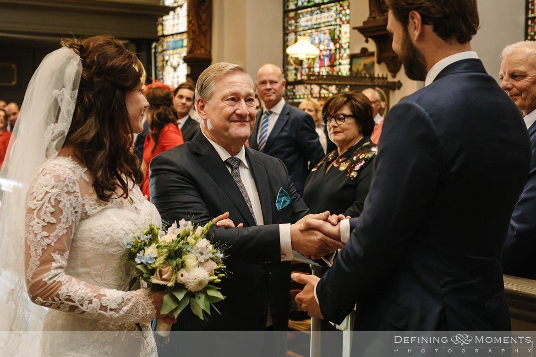 overdracht bruid bruidegom kerkelijke inzegening huwelijk bruidspaar catharinakerk begijnhof breda authentieke ongeposeerde documentaire trouwfotografie journalistieke trouwfoto bruidsfoto