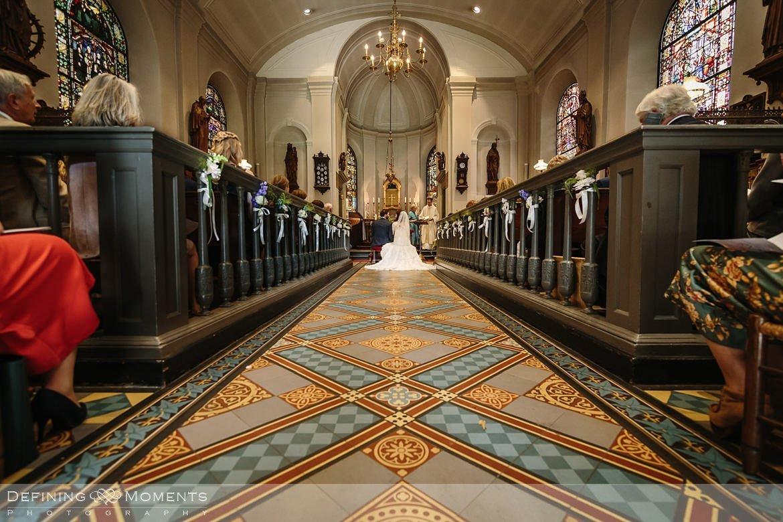 kerkelijke inzegening huwelijk bruidspaar catharinakerk begijnhof breda authentieke ongeposeerde documentaire trouwfotografie journalistieke trouwfoto bruidsfoto