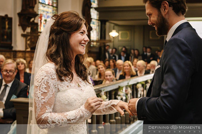 trouwringen kerkelijke inzegening huwelijk bruidspaar catharinakerk begijnhof breda authentieke ongeposeerde documentaire trouwfotografie journalistieke trouwfoto bruidsfoto