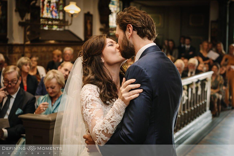 kus kerkelijke inzegening huwelijk bruidspaar catharinakerk begijnhof breda authentieke ongeposeerde documentaire trouwfotografie journalistieke trouwfoto bruidsfoto