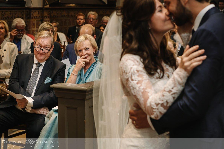 emoties kerkelijke inzegening huwelijk bruidspaar catharinakerk begijnhof breda authentieke ongeposeerde documentaire trouwfotografie journalistieke trouwfoto bruidsfoto