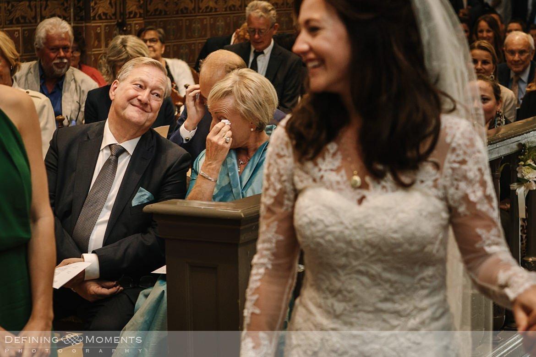 emotionele moeder kerkelijke inzegening huwelijk bruidspaar catharinakerk begijnhof breda authentieke ongeposeerde documentaire trouwfotografie journalistieke trouwfoto bruidsfoto