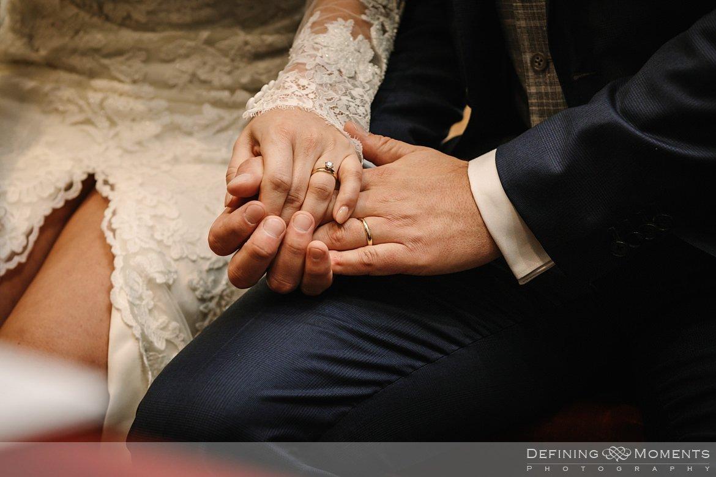 detailfoto trouwringen kerkelijke inzegening huwelijk bruidspaar catharinakerk begijnhof breda authentieke ongeposeerde documentaire trouwfotografie journalistieke trouwfoto bruidsfoto