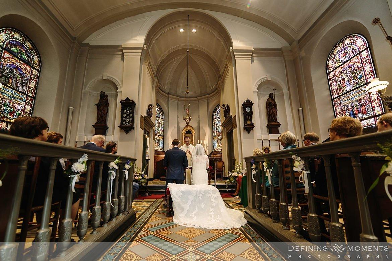 overzichtsfoto kerkelijke inzegening huwelijk bruidspaar catharinakerk begijnhof breda authentieke ongeposeerde documentaire trouwfotografie journalistieke trouwfoto bruidsfoto