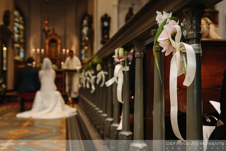 detailfoto bloemen kerkelijke inzegening huwelijk bruidspaar catharinakerk begijnhof breda authentieke ongeposeerde documentaire trouwfotografie journalistieke trouwfoto bruidsfoto