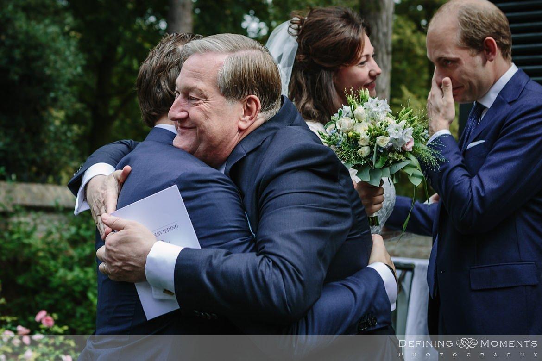 felicitaties huwelijk bruidspaar begijnhof breda authentieke ongeposeerde documentaire trouwfotografie journalistieke trouwfoto bruidsfoto