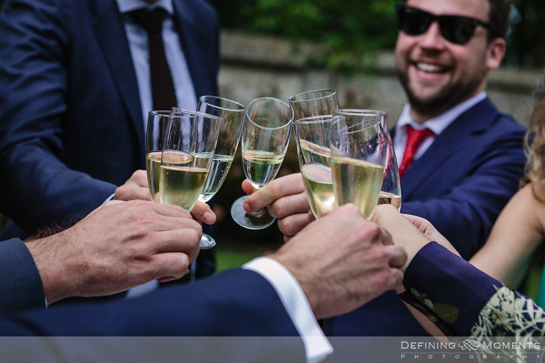 toast felicitaties huwelijk bruidspaar begijnhof breda authentieke ongeposeerde documentaire trouwfotografie journalistieke trouwfoto bruidsfoto