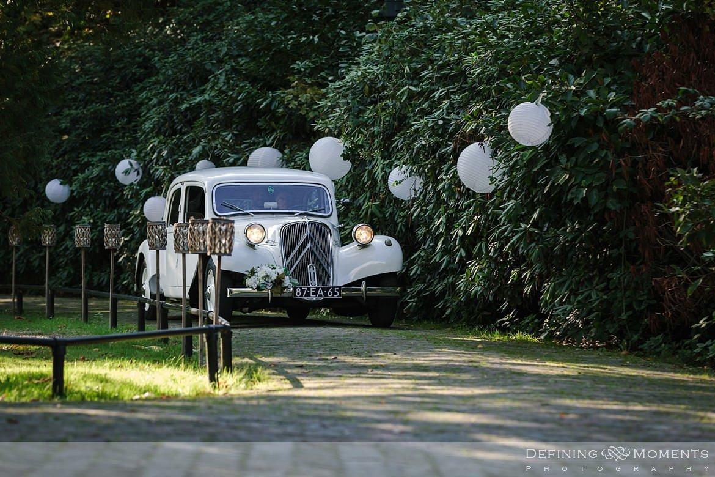 bruidsauto felicitaties huwelijk bruidspaar begijnhof breda authentieke ongeposeerde documentaire trouwfotografie journalistieke trouwfoto bruidsfoto