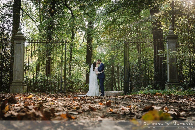 bos fotoshoot bruidspaar trouwfoto's bruidsfoto's bruidsreportage trouwreportage natuur landgoed wolfslaar breda authentieke ongeposeerde documentaire trouwfotografie journalistieke bruidsfotografie