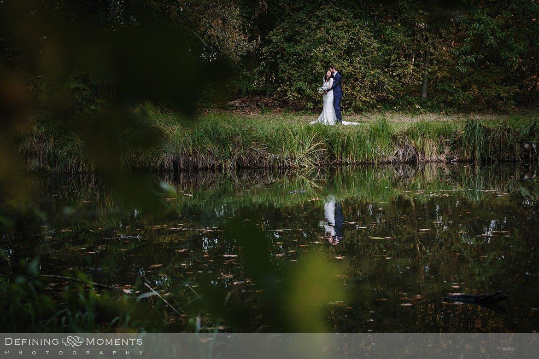 vijver reflectie foto fotoshoot bruidspaar trouwfoto's bruidsfoto's bruidsreportage trouwreportage natuur landgoed wolfslaar breda authentieke ongeposeerde documentaire trouwfotografie journalistieke bruidsfotografie