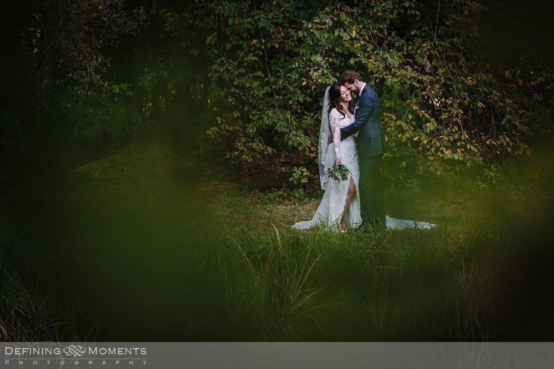 omhelzing fotoshoot bruidspaar trouwfoto's bruidsfoto's bruidsreportage trouwreportage natuur landgoed wolfslaar breda authentieke ongeposeerde documentaire trouwfotografie journalistieke bruidsfotografie
