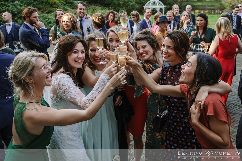 toast vriendinnen bruidspaar receptie landgoed wolfslaar breda sketches speeches authentieke ongeposeerde documentaire trouwfotografie journalistieke bruidsfotografie