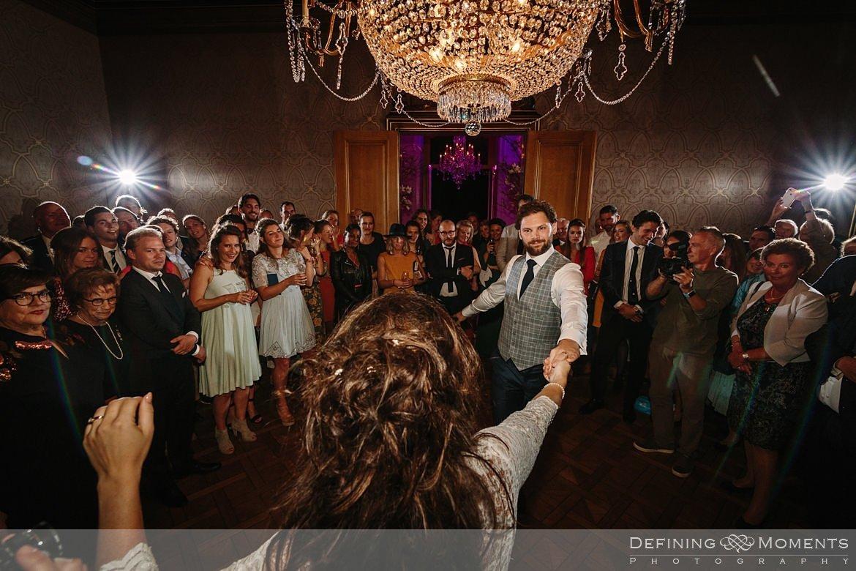 trouwfeest openingsdans bruidspaar bruid bruidegom dansen landgoed wolfslaar grote salon vestibule breda authentieke ongeposeerde documentaire trouwfotografie journalistieke bruidsfotografie