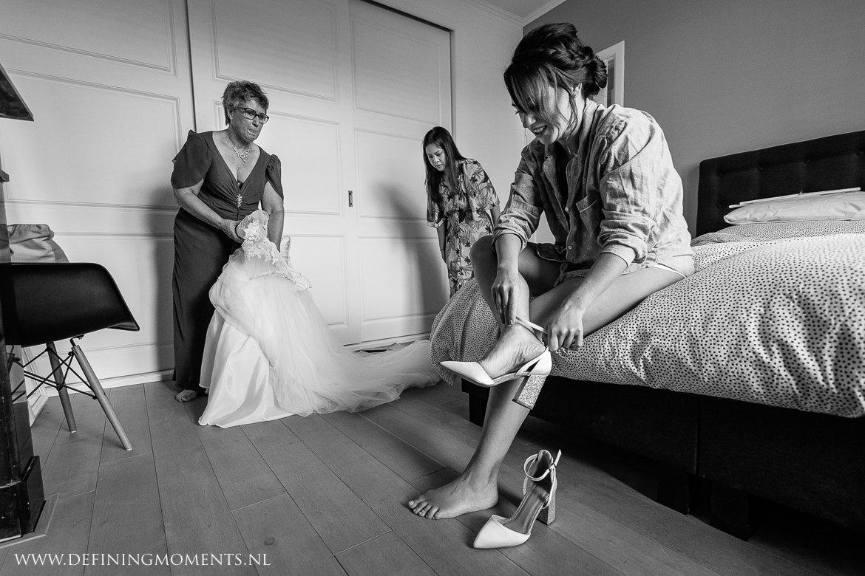 aankleden bruid zwart_wit bergen_op_zoom journalistiek trouwfotograaf documentair award-winning bruidsfotograaf breda natuurlijke authentieke documentaire trouwfotografie trouwfoto journalistieke bruidsfoto bruidsfotografie