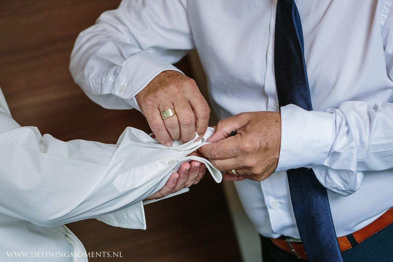manchetknopen aankleden bruidegom journalistiek trouwfotograaf documentair award-winning bruidsfotograaf breda natuurlijke authentieke documentaire trouwfotografie trouwfoto journalistieke bruidsfoto bruidsfotografie