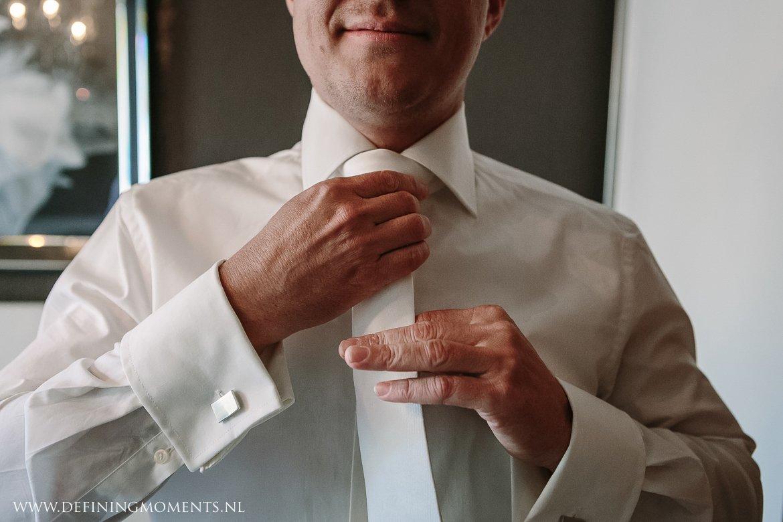 das aankleden bruidegom journalistiek trouwfotograaf documentair award-winning bruidsfotograaf breda natuurlijke authentieke documentaire trouwfotografie trouwfoto journalistieke bruidsfoto bruidsfotografie