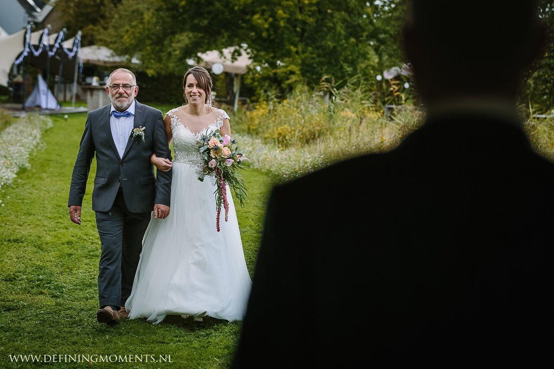 bruid vader landelijk buiten rustiek trouwen beneden_sas bergen_op_zoom journalistiek trouwfotograaf documentair bruidsfotograaf breda natuurlijke documentaire trouwfotografie journalistieke bruidsfotografie
