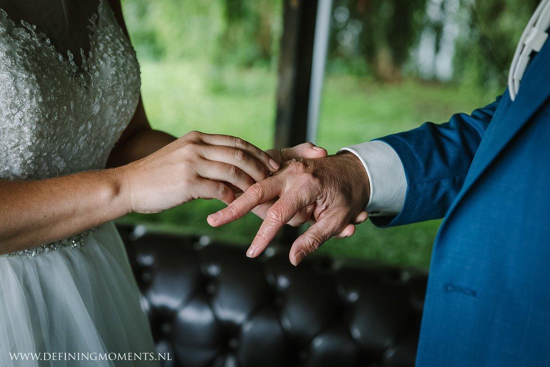 ringen bruidspaar trouwceremonie landelijk buiten rustiek trouwen beneden_sas bergen_op_zoom journalistiek trouwfotograaf documentair bruidsfotograaf breda natuurlijke documentaire trouwfotografie journalistieke bruidsfotografie