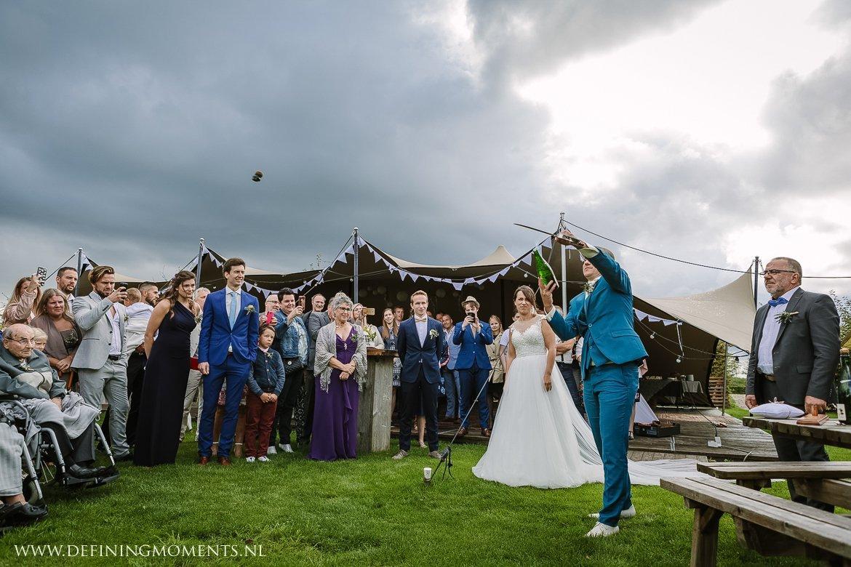 sabreren champagne bruiloft landelijk buiten rustiek trouwen beneden_sas bergen_op_zoom journalistiek trouwfotograaf documentair bruidsfotograaf breda natuurlijke documentaire trouwfotografie journalistieke bruidsfotografie