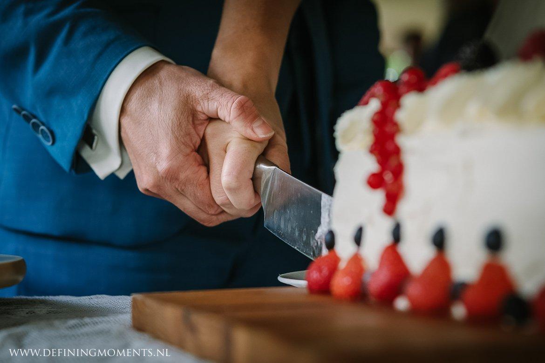taart aansnijden bruidspaar bruiloft landelijk buiten rustiek trouwen beneden_sas bergen_op_zoom journalistiek trouwfotograaf documentair bruidsfotograaf breda natuurlijke documentaire trouwfotografie journalistieke bruidsfotografie