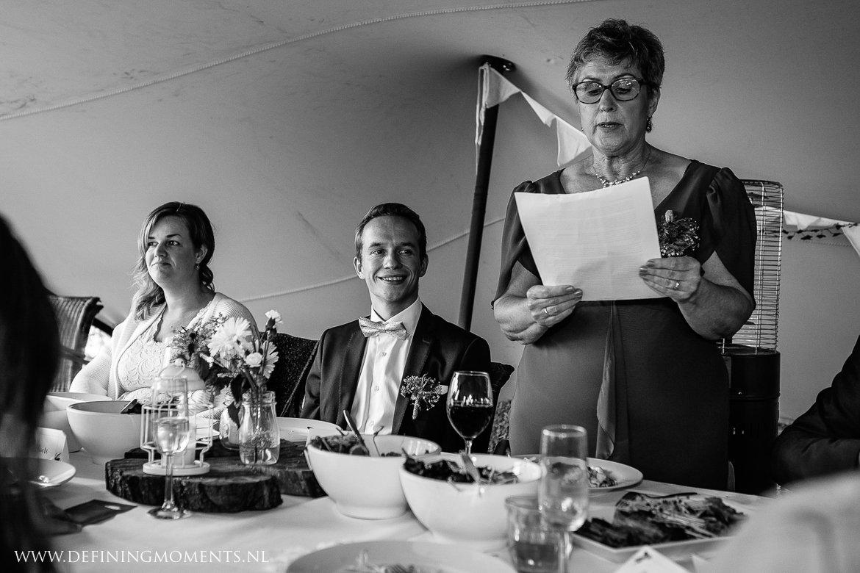 bruiloftsdiner speeches landelijk buiten rustiek trouwen beneden_sas bergen_op_zoom journalistiek trouwfotograaf documentair bruidsfotograaf breda natuurlijke documentaire trouwfotografie journalistieke bruidsfotografie