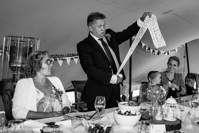 vader bruidegom speech diner bruiloft landelijk buiten rustiek trouwen beneden_sas bergen_op_zoom journalistiek trouwfotograaf documentair bruidsfotograaf breda natuurlijke documentaire trouwfotografie journalistieke bruidsfotografie