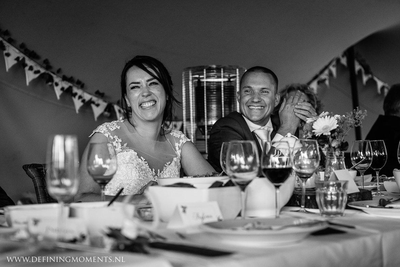 speeches bruidspaar diner bruiloft emotie landelijk buiten rustiek trouwen beneden_sas bergen_op_zoom journalistiek trouwfotograaf documentair bruidsfotograaf breda natuurlijke documentaire trouwfotografie journalistieke bruidsfotografie