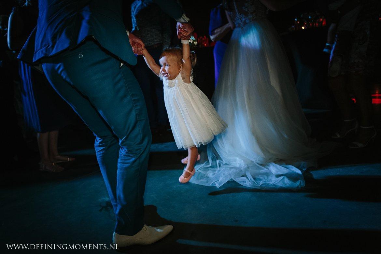 bruidskindje dansvloer openingsdans landelijk buiten rustiek trouwen beneden_sas bergen_op_zoom journalistiek trouwfotograaf documentair bruidsfotograaf breda natuurlijke documentaire trouwfotografie journalistieke bruidsfotografie