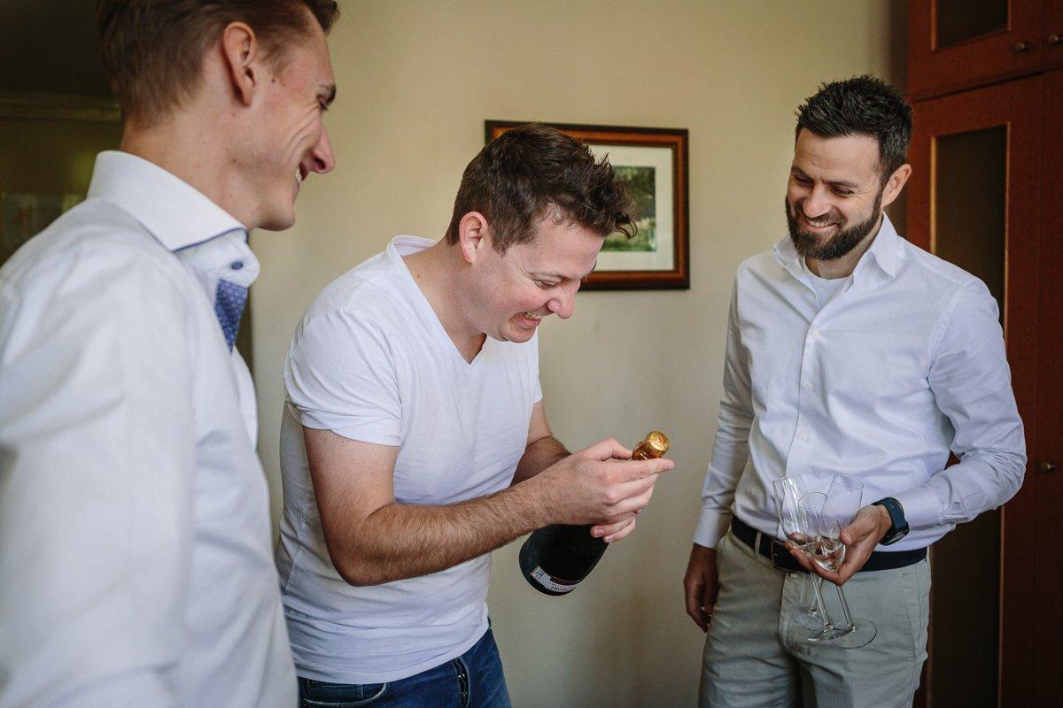 documentair bruidsfotograaf breda natuurlijke documentaire trouwfotografie houtse_meer journalistieke bruidsfotografie trouwen voorbereidingen bruidegom hotel_mastbosch trouwen houtse_meer den_hout
