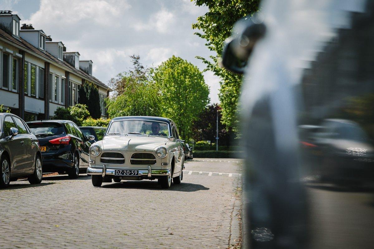 volvo oldtimer bruidsauto documentair bruidsfotograaf breda natuurlijke documentaire trouwfotografie houtse_meer journalistieke bruidsfotografie