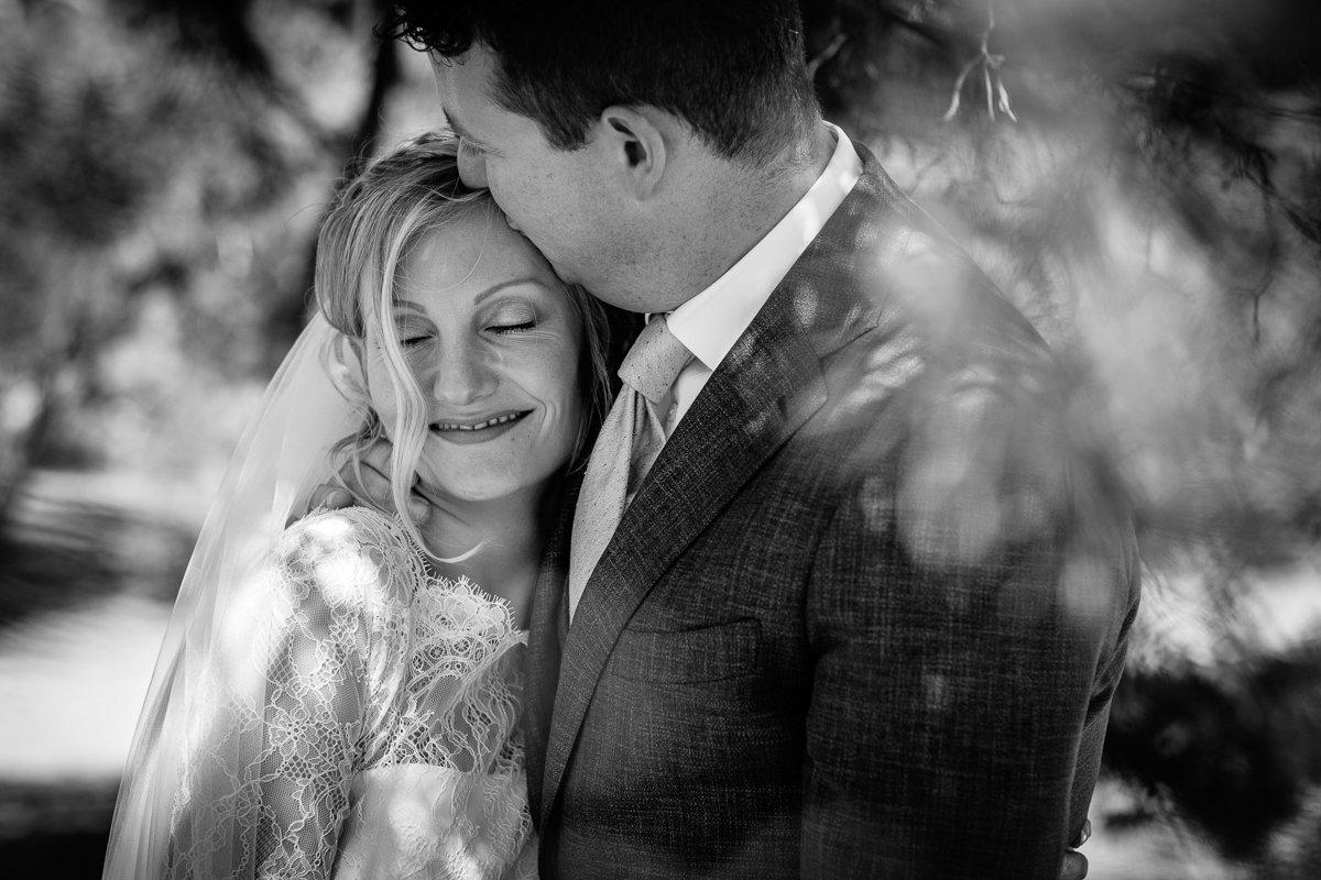 bruidspaar fotosessie vrachelse heide oosterhout trouwdag bruids bruidegom trouwfoto documentair bruidsfotograaf breda natuurlijke documentaire trouwfotografie houtse_meer journalistieke bruidsfotografie