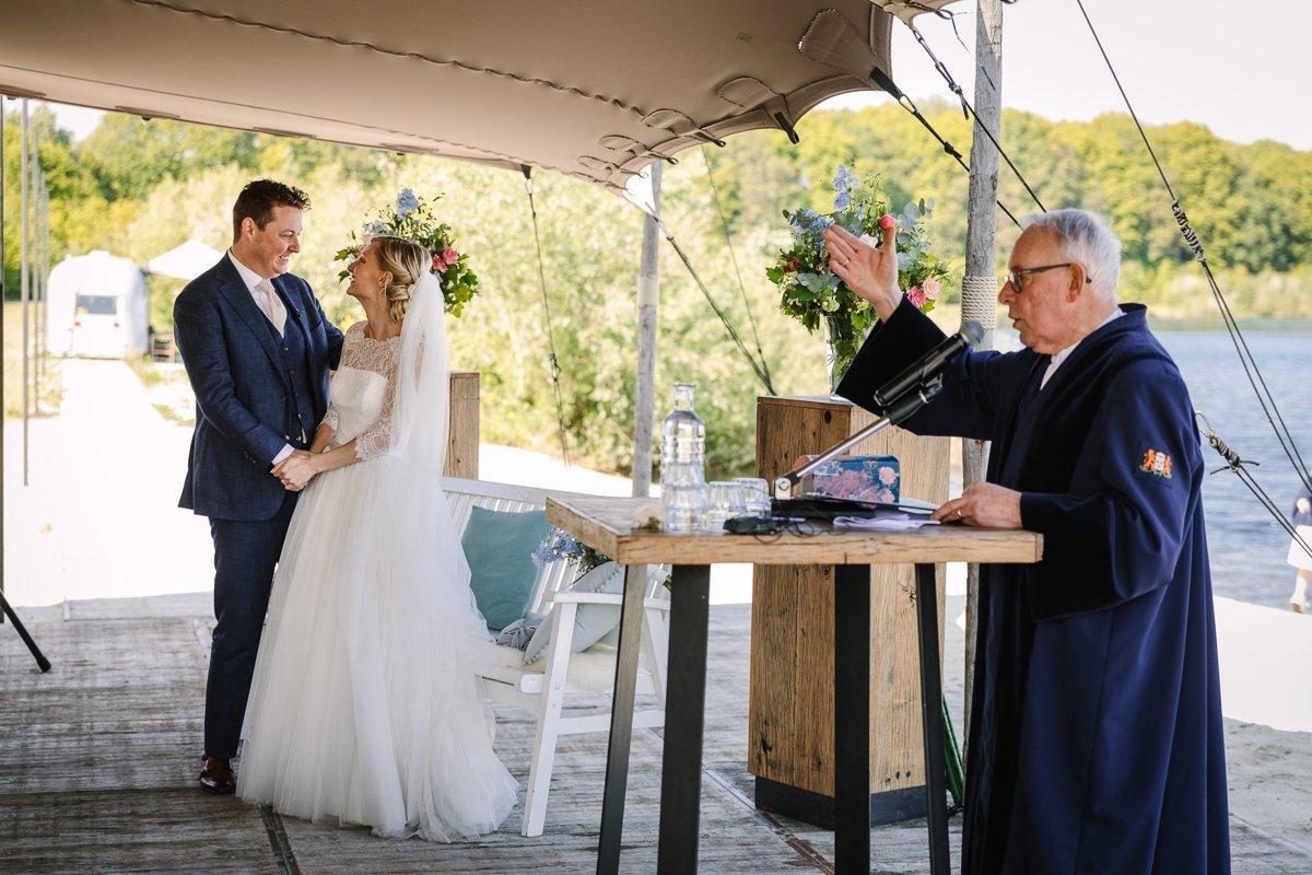 ja-woord trouwceremonie trouwlocatie brabant buiten trouwen paviljoen_het_houtse_meer den_hout journalistiek trouwfotograaf documentair bruidsfotograaf breda natuurlijke documentaire trouwfotografie houtse_meer journalistieke bruidsfotografie