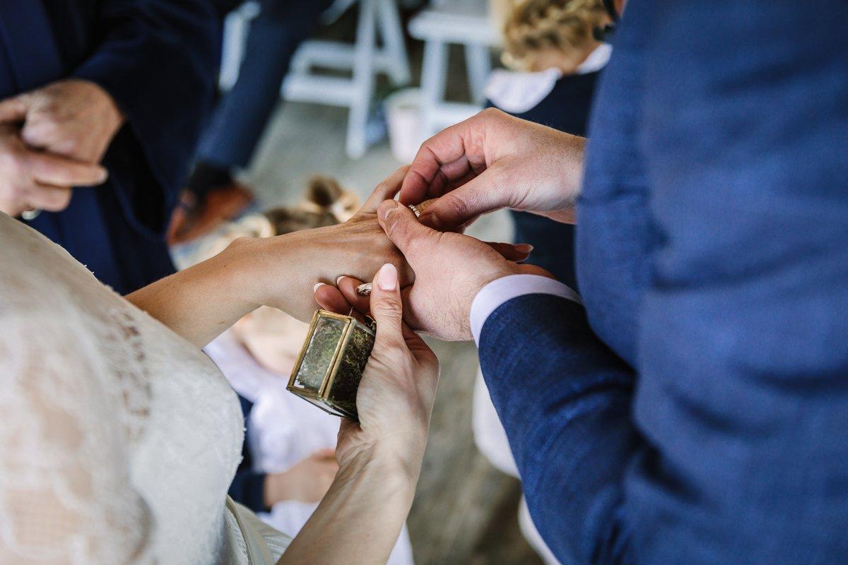 close-up trouwringen trouwlocatie brabant buiten trouwen paviljoen_het_houtse_meer den_hout journalistiek trouwfotograaf documentair bruidsfotograaf breda natuurlijke documentaire trouwfotografie houtse_meer journalistieke bruidsfotografie
