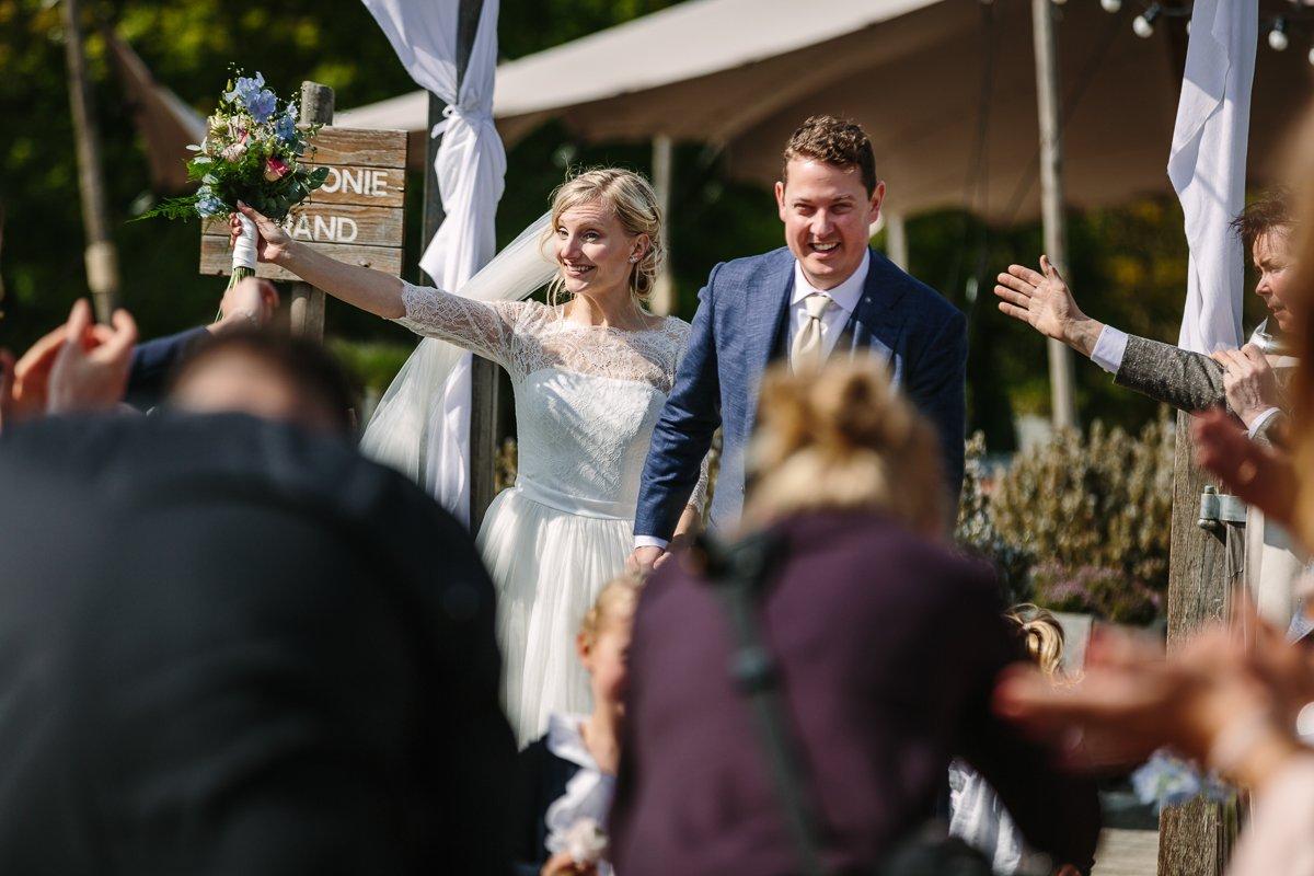just_married getrouwd trouwfoto trouwlocatie brabant buiten trouwen paviljoen_het_houtse_meer den_hout journalistiek trouwfotograaf documentair bruidsfotograaf breda natuurlijke documentaire trouwfotografie houtse_meer journalistieke bruidsfotografie