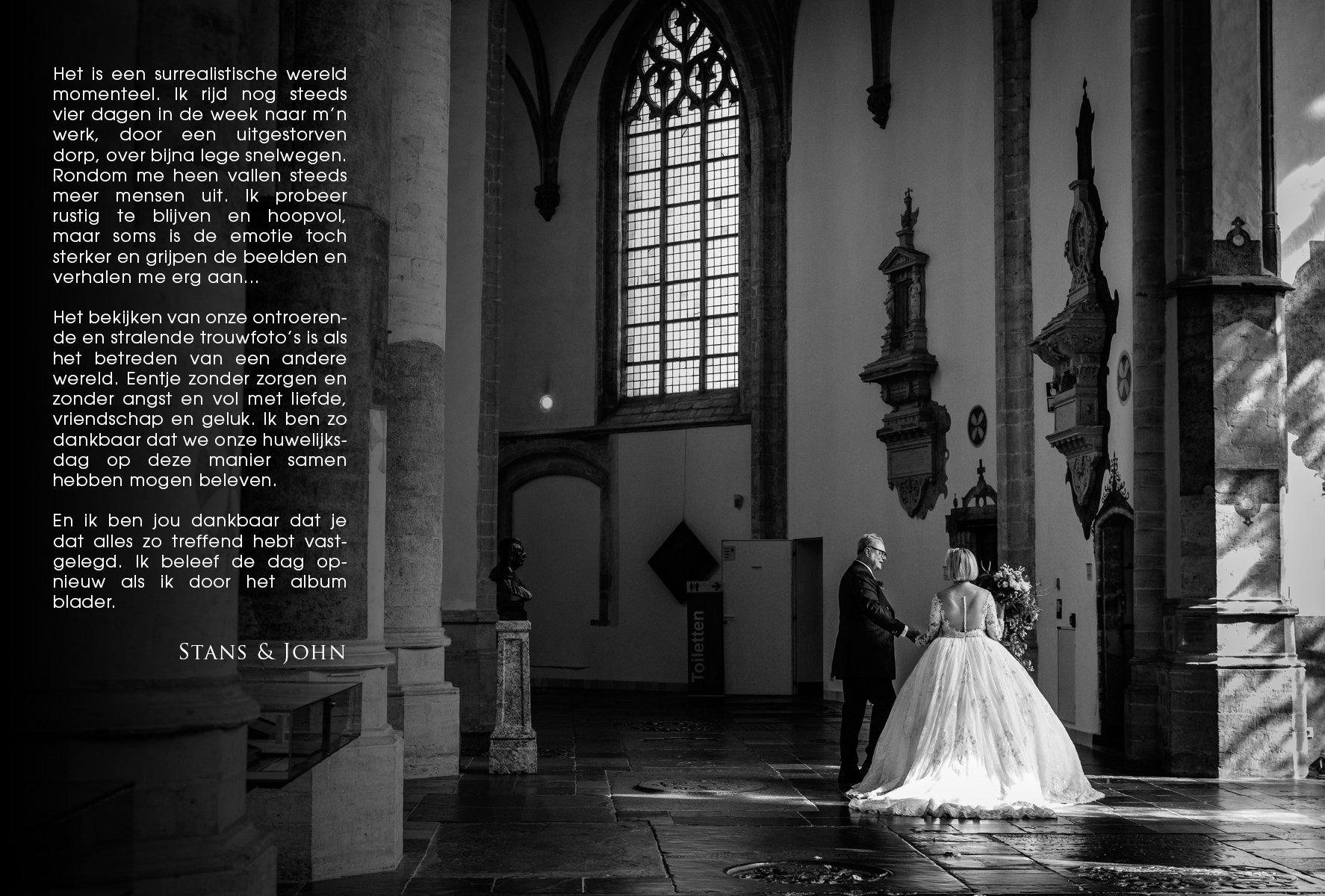 ongeposeerde zwart-wit trouwfoto bruid bruidegom grote_kerk breda zonlicht op trouwjurk documentary wedding photo bride groom