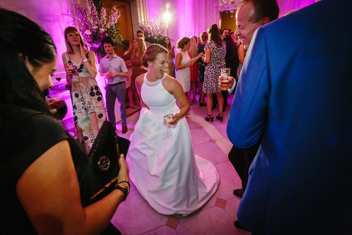 bruid plezier dansvloer bruidsfeest trouwfeest bruiloftsgasten off_camera_flash ocf journalistieke bruidsfoto reportage trouwfoto documentaire trouwfotografie bruidsfotografie