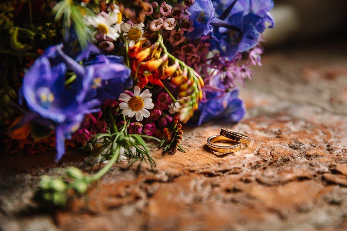 bruidsboeket close_up bloemen ridderspoor trouwringen stenen ondergrond kasteel_heeswijk