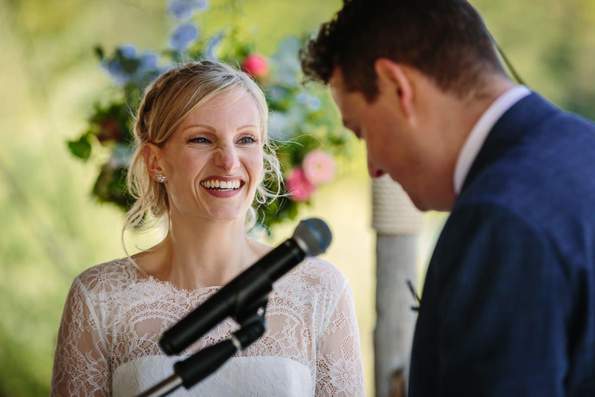bruid bruidegom trouwceremonie buiten houtse_meer den_hout water journalistieke bruidsfoto reportage trouwfoto documentaire trouwfotografie bruidsfotografie