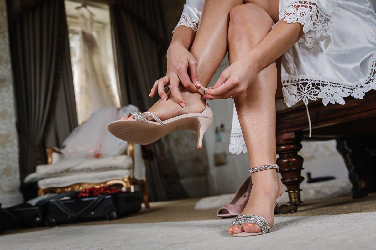 bruid voorbereidingen aankleden bruidsschoenen trouwschoenen journalistieke bruidsfoto reportage trouwfoto documentaire trouwfotografie bruidsfotografie
