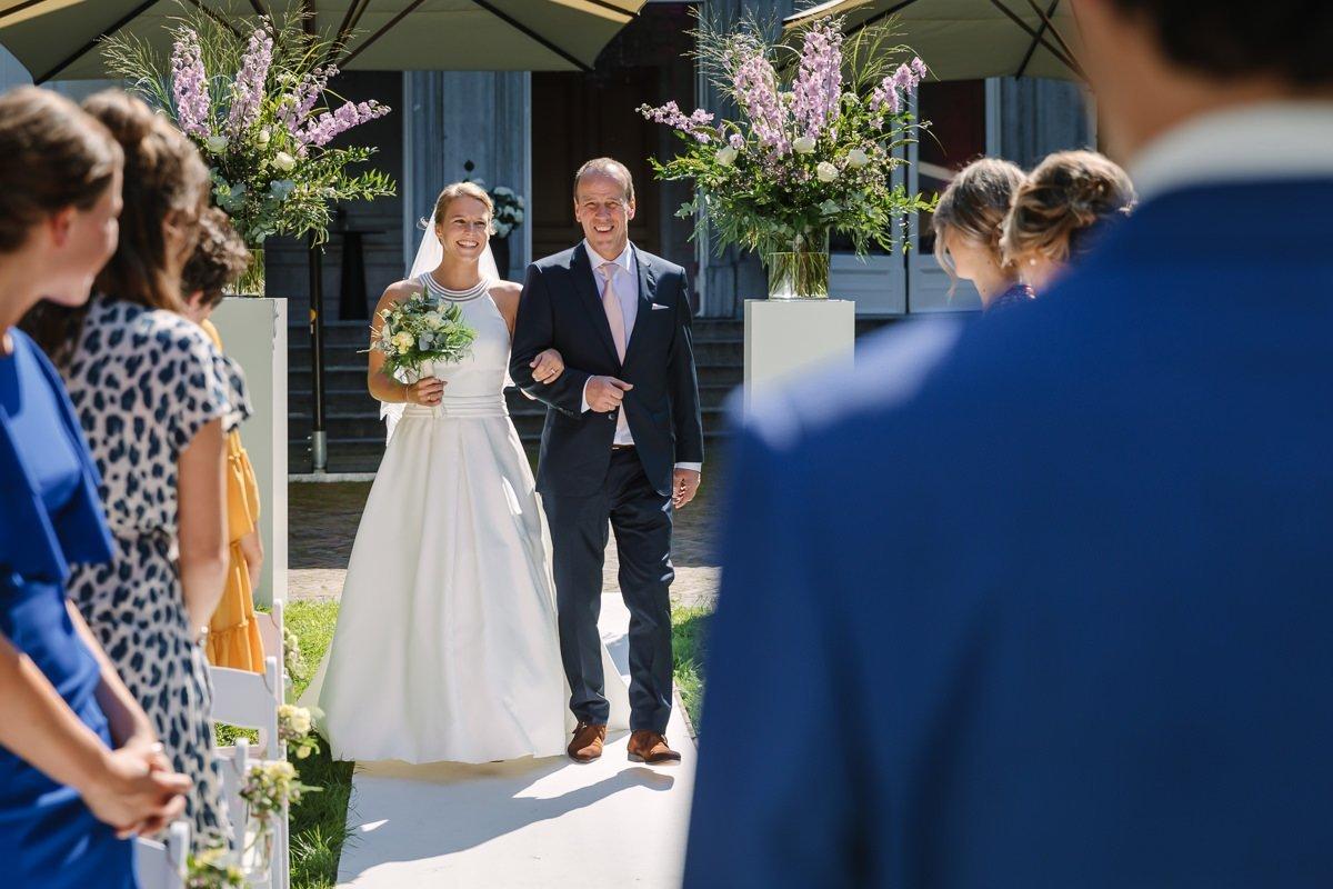bruid bruidegom trouwceremonie vader_van_de_bruid buiten trouwen trouwdag landgoed_wolfslaar journalistieke bruidsfoto reportage trouwfoto documentaire trouwfotografie bruidsfotografie