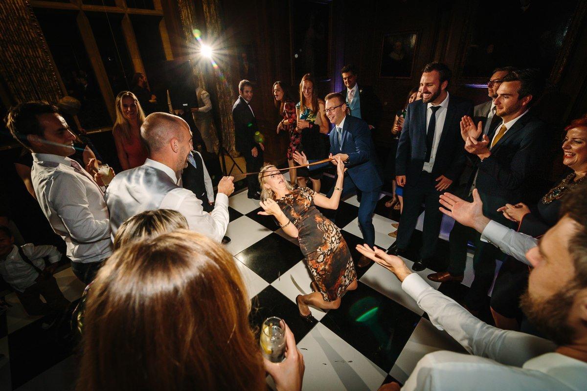 plezier dansvloer bruidsfeest trouwfeest bruiloftsgasten off_camera_flash ocf journalistieke bruidsfoto reportage trouwfoto documentaire trouwfotografie bruidsfotografie