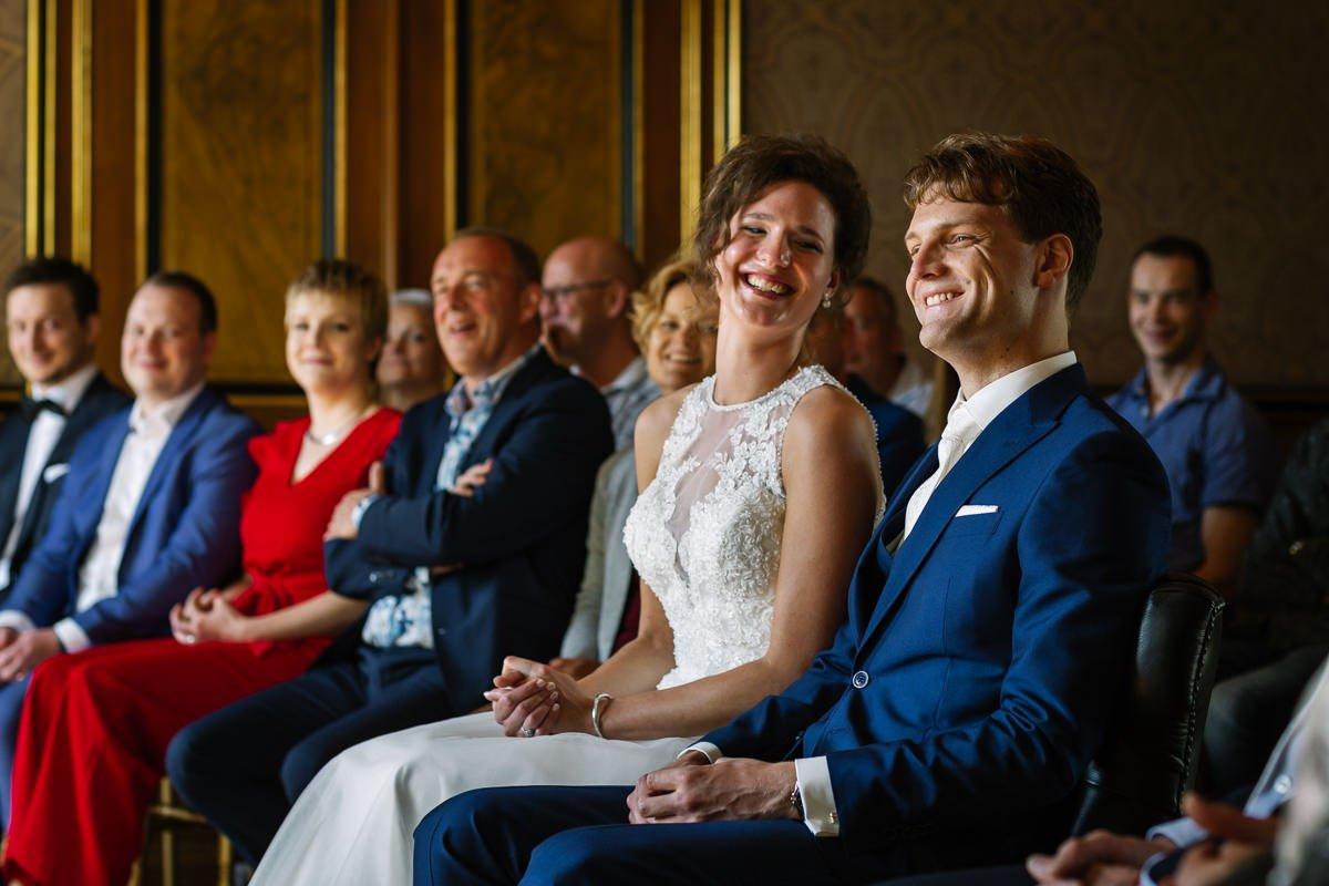 bruid bruidegom trouwceremonie binnen trouwen trouwdag trouwzaal landgoed_wolfslaar journalistieke bruidsfoto reportage trouwfoto documentaire trouwfotografie bruidsfotografie