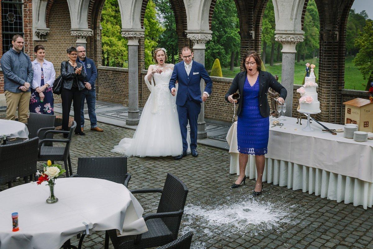 bruid bruidegom toast sabreren champagne fles kapot kasteel_heeswijk journalistieke bruidsfoto reportage trouwfoto documentaire trouwfotografie bruidsfotografie