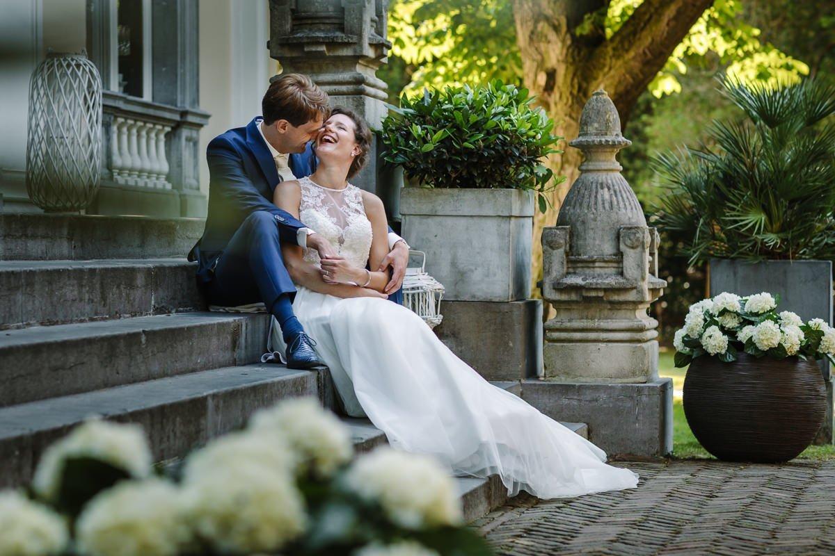 bruid bruidegom trouwfoto bruidsfoto buiten trappen landgoed_wolfslaar journalistieke bruidsfoto reportage trouwfoto documentaire trouwfotografie bruidsfotografie