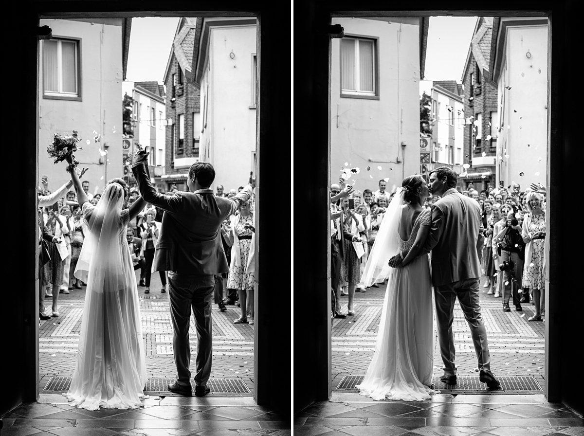 bruid bruidegom trouwceremonie uitgang kerk silhouette bruidsfoto trouwfoto journalistieke bruidsfoto reportage trouwfoto documentaire trouwfotografie bruidsfotografie